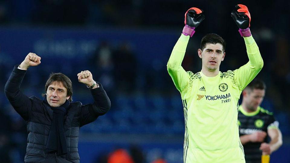 Courtois merayakan kemenangan bersama sang manajer, Conte